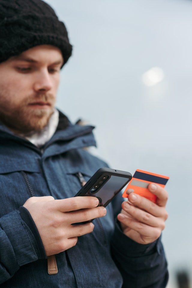 Imagem de homem colocando dados de cartão em aplicativo do celular